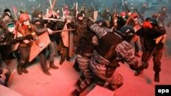Столкновения между демонстрантами и милицией в центре Киева. 19 января 2014 года.