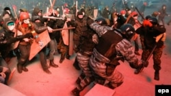 Ukraine -- Protesters clash with riot police during a protest in downtown Kyiv, January 19, 2014