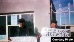 Узбекский диссидент Юсуф Джума (справа) с сыном проводит пикет у администрации города Бухары, декабрь 2007 года.