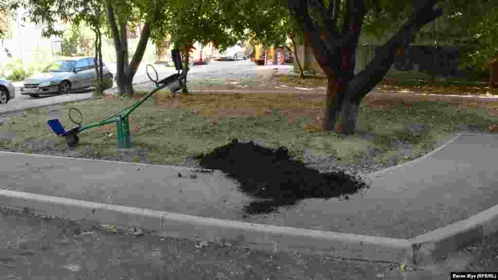 Для подсыпки ям на газоне завезли немного грунта