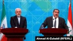 وزير الخارجية العراقي هوشيار زيباري (يمين) ونظيره الإيراني محمد جواد ظريف يتحدثان في مؤتمر صحفي ببغداد