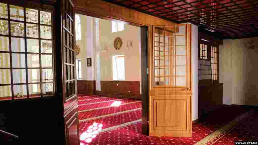 Ayrı ve cemaat namazları keçirilgen caminiñ esas odasına kiriş