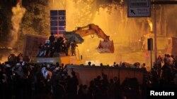 Ցուցարարների եւ ոստիկանության միջեւ բախումները Ստամբուլում Թուրքիայի վարչապետի նստավայրի մոտակայքում, 3-ը հունիսի, 2013թ.