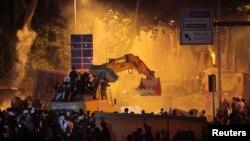 Демонстранты на экскаваторе расчищают улицу. Стамбул, в ночь на 3 июня 2013 года.