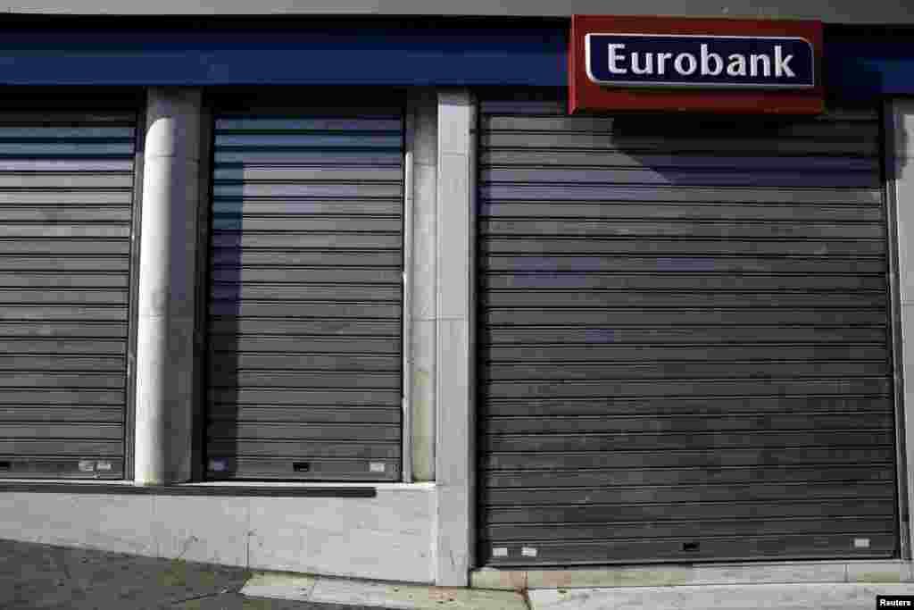 Один из закрытых банков в Афинах.