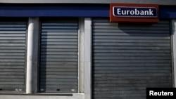 Афиныдагы Евробанктын бөлүмү грек өкмөтүнүн чечимине ылайык 30-июнда жабык турат. Греция.