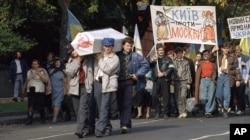 Акція «Поховання СРСР», яку організувала Спілка незалежної української молоді. Київ, 1 жовтня 1990 року