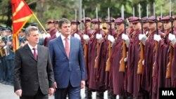 Претседателот Ѓорге Иванов го пречекува неговиот албански колега Бамир Топи во Скопје.