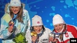 Призеры Ванкувера в женском лыжном спринте (слева направо): Петра Майдич (Словения), Марит Бьорген (Норвегия), Юстина Ковальчик (Польша)