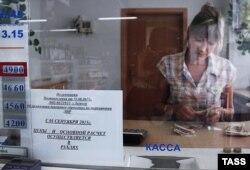 Касірка падлічвае банкноты ў прадуктовай краме ва ўсходняй частцы Луганску