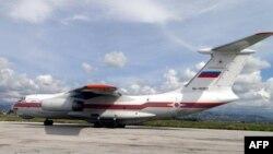 Российский самолет на взлетной полосе в аэропорту близ сирийского города Латакия.