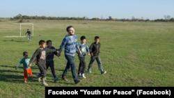 Учасники «Молодь за мир» із ромськими дітьми. Facebook «Молодь за мир»