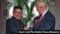 Түндүк Кореянын лидери Ким Чен Ын менен АКШ президенти Дональд Трамп, Сингапур, 12-июнь 2018-жыл.