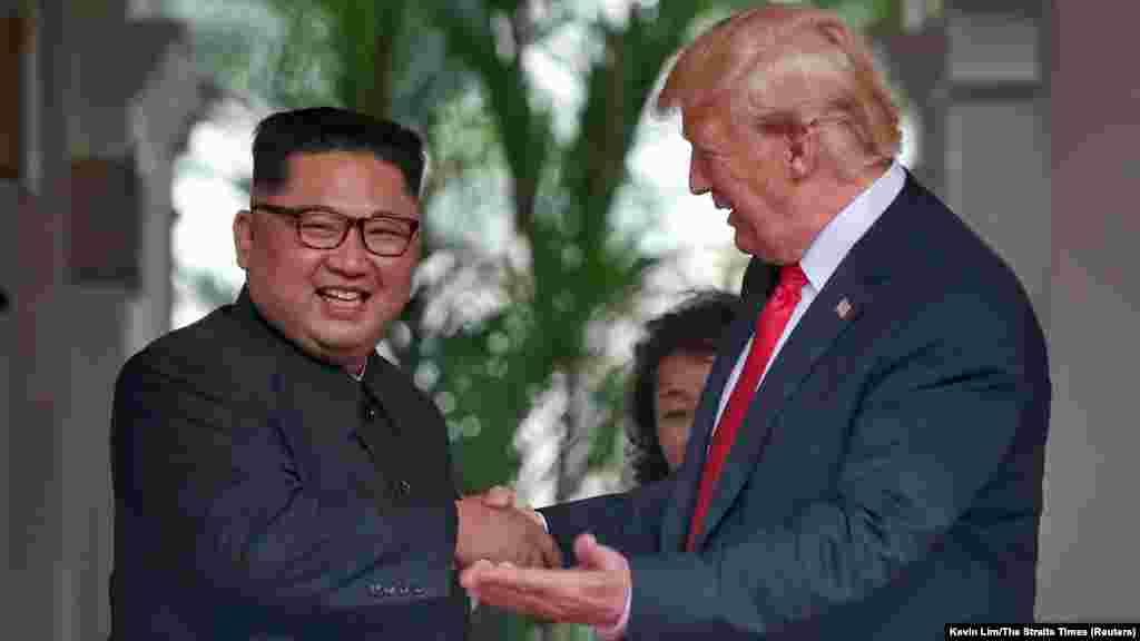 «Я чувствую себя замечательно. Я чувствую, что у нас будет прекрасная беседа и огромный успех», – сказал Трамп. У нас будут «потрясающие отношения, у меня нет сомнений». «Было нелегко попасть сюда. Прошлое связывало нам руки и старые предрассудки были препятствиями на нашем пути вперед, но мы преодолели их и находимся сегодня здесь», – сказал Ким.