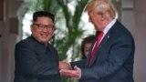 Дональд Трамп менен Ким Чен Ындын кол алышуусу.