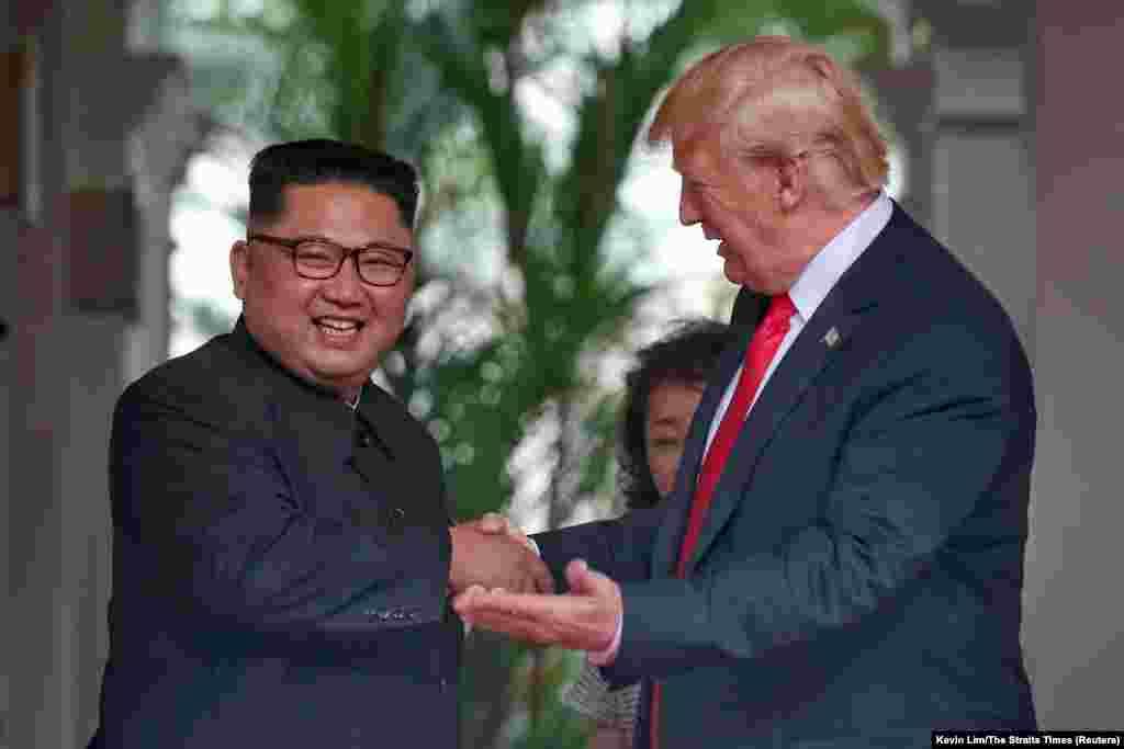 """""""Я чувствую себя замечательно. Я чувствую, что у нас будет прекрасная беседа и огромный успех"""", – сказал Трамп. У нас будут """"потрясающие отношения, у меня нет сомнений"""". """"Было нелегко попасть сюда. Прошлое связывало нам руки и старые предрассудки были препятствиями на нашем пути вперед, но мы преодолели их и находимся здесь сегодня"""", – сказал Ким."""