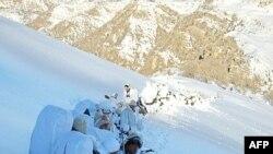 جنود أتراك يتعقبون مقاتلين أكراد