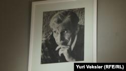 Портрет драматурга Николая Эрдмана в кабинете Юрия Любимова