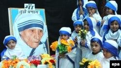 Jedna škola u Indiji obeležava 104. rođendan Majke Tereze, 2014.