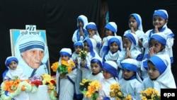 Hindistanda Tereza Ananın doğum günü mərasimi