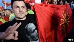 Поддржувач на владејачката ВМРО-ДПМНЕ со маица со ликот на рускиот претседател Владимир Путин на митинг за поддршка на владата во Скопје на 18 мај 2015 година