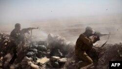 """Бойцы курдского отряда """"пешмерга"""" в бою против представителей группировки """"Исламское государство"""". Окрестности Мосула, 9 сентября 2014 года."""