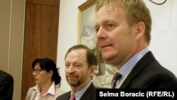 Šef Delegacije EU Peter Sorensen i američki ambasador Patrick Moon na konferenciji, maj 2013.