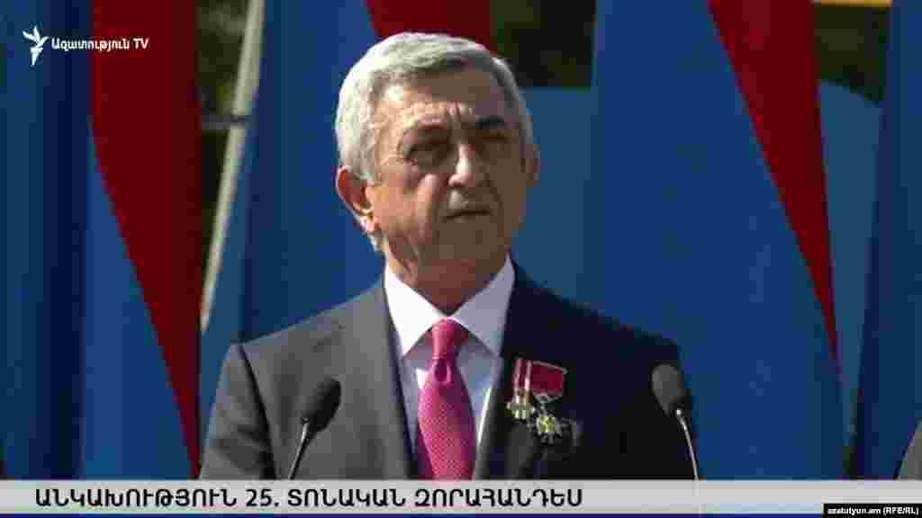 Президент Армении Серж Саргсян выступает на параде в Ереване по случаю 25-й годовщины независимости Армении.