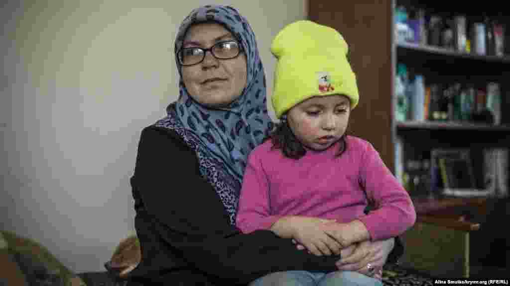 Нурие, младшая дочь Руслана и Мерьем, сидит на руках у матери