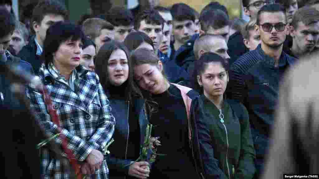 У річницю керченської трагедії вшанувати пам'ять її жертв прийшли їхні друзі, колеги і просто небайдужі люди.  Більше фото – в нашому фоторепортажі