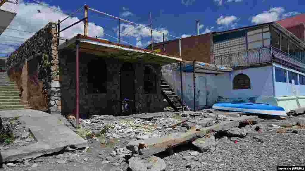 Дальнейшая судьба сгоревшего несколько лет назад пляжного кафе, похоже, до сих пор не решена