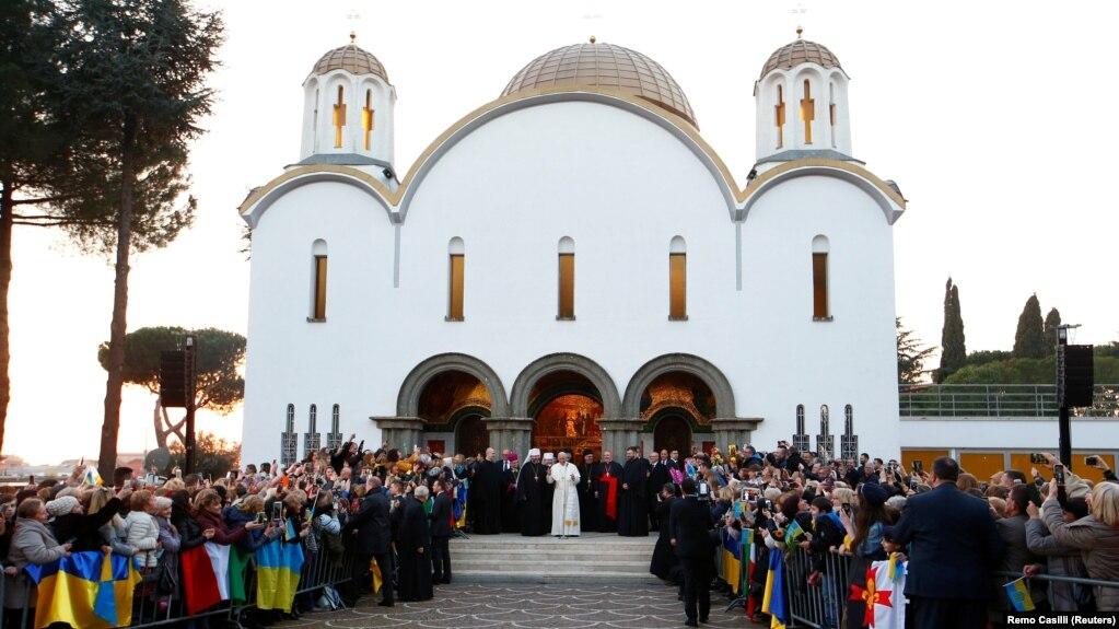 Папа Римський Франциск зустрівся з вірянами Української греко-католицької церкви та главою УГКЦ Святославом Шевчуком під час відвідин собору Святої Софії в Римі, 28 січня 2018 року