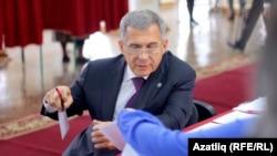 Рустам Минниханов голосует на выборах депутатов Госдумы в сентябре 2016 года
