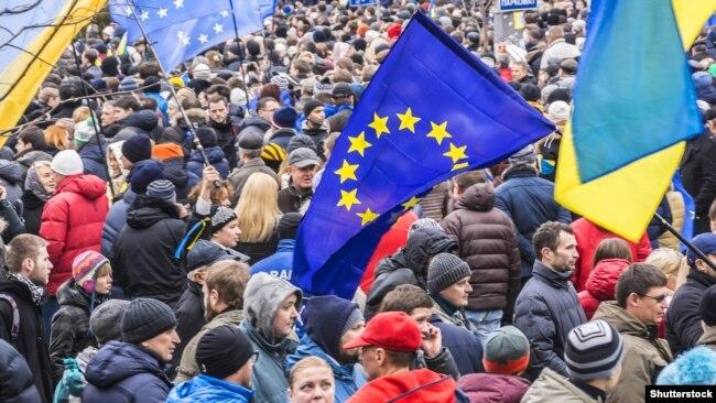 Євромайдан: люди в центрі Києва вимагають євроінтеграції. 1 грудня 2013 року
