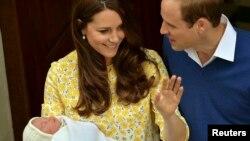 Princi William dhe dukesha Catherine së bashku me vajzën e tyre, princeshën Charlotte.