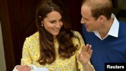 Ұлыбритания ханзадасы герцог Уильям мен оның жұбайы Кембридж герцогинясы Кейт Миддлтон жаңа туған қыздарымен бірге. Лондон, 2 мамыр 2015 жыл.