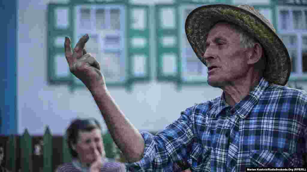 На околицях села ми зустріли Миколу. Він знає «все» про політику, але не знає, як тепер називається його село