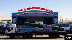 جمهوری اسلامی در مراسم سالانه روز ارتش، تجهیزاتی را به نمایش گذاشت که میگوید بخشی از سامانه ضدهوایی اس-۳۰۰ است.