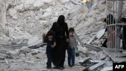 Сирійська родина залишає місце бомбардування в Алеппо, 23 вересня 2016 року