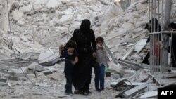 В городе Алеппо в Сирии — после очередной бомбардировки. 23 сентября 2016 года.