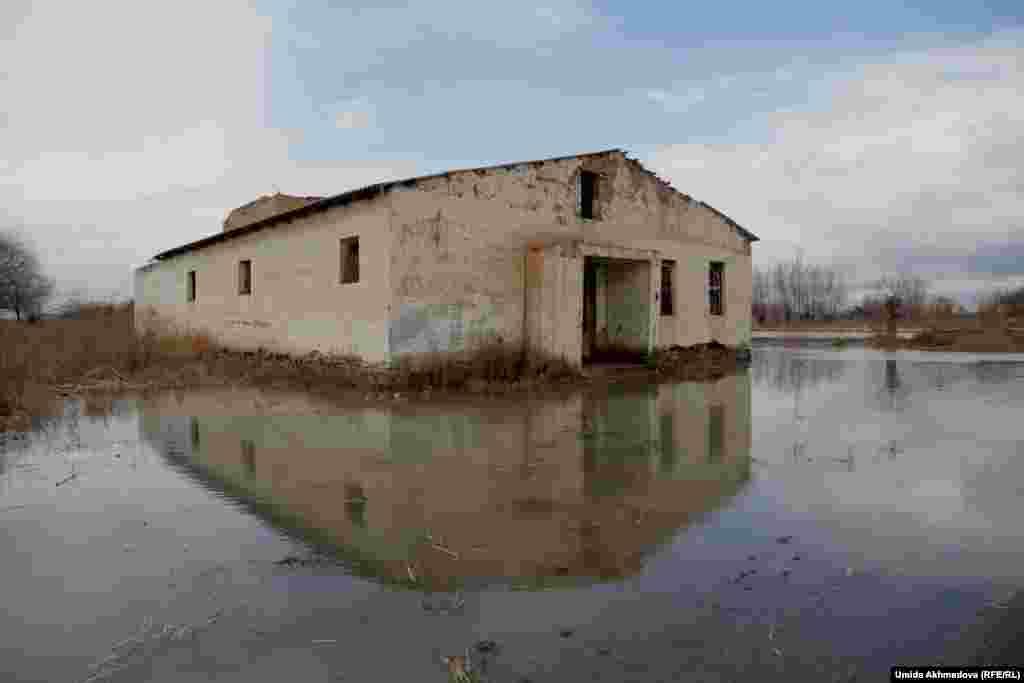 Рақымбай атаның айтуынша, Алғабас ауылындағы бұл моншаның құрылысы аяқсыз қалған.