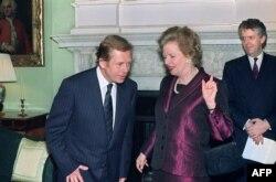 Отсюда теплота и человечность в ее обращении к Вацлаву Гавелу в 1990 году и исполненное пафоса описание прихода бывшего диссидента к власти в его родной стране
