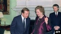 Британи -- Чехословакин президент ХIавел Вацлав (Аьр) ладугIуш ву шега Британин премьер-министро Тэтчер Маргарета дуьйцучуьнга, Даунинг стрит, Лондон, 21Заз1990