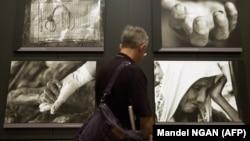 Prema podacima Instituta za nestale osobe BiH traga se za oko 1.200 posmrtnih ostataka žrtava srebreničkog genocida (Foto: Fotografije Tarika Samaraha o genocidu u Srebrenici, Muzej genocida u SAD, juli 2005)