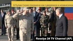 Imagine de la TV Rossiya 24 cu o imagine a președintelui Putin la baza militară Hmeimim în Siria