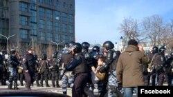 Кадр сюжета ТВК о задержаниях на антикоррупционном митинге в Москве