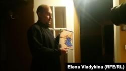 Отец Андрей показывает открытку, которую 13 декабря подарила Анастасия Бовт
