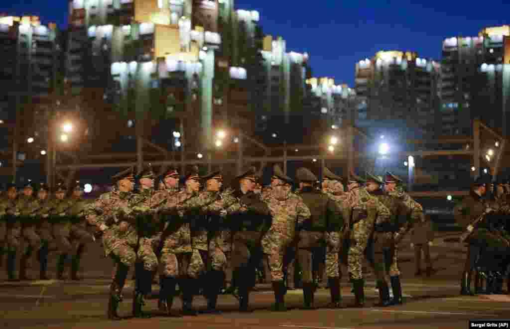 16 квітня, Мінськ. Білоруська почесна варта проводить тренування до Дня перемоги. На тлі пандемії армія продовжує готуватися до 9 травня, щоб відзначити 75-у річницю закінчення Другої світової війни у Європі