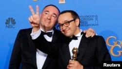 Producătorul ucrainean Alexandr Rodneanski (stânga) şi regizorul rus Andrei Zveaghinţev, la înmânarea premiilor anuale Golden Globe, a 72-a ediţie, Beverly Hills, California