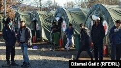 A boszniai Bihac közelében lévő Lipa menekülttábor, 2021. február 18-án